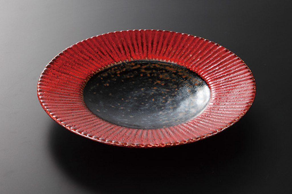 赤黒釉彩 菊彫7.5皿